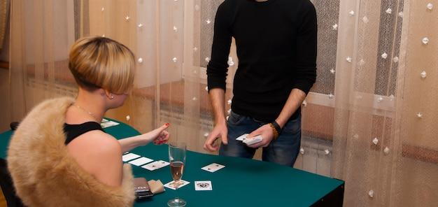 Casino em casa. homens e mulheres jogam cartas.