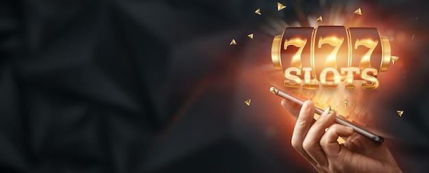 Casino online, smartphone com slot machine com jackpot e moedas de ouro. slots online, lucky seven 777, estilo ouro escuro. conceito de sorte, jogo, jackpot, banner.