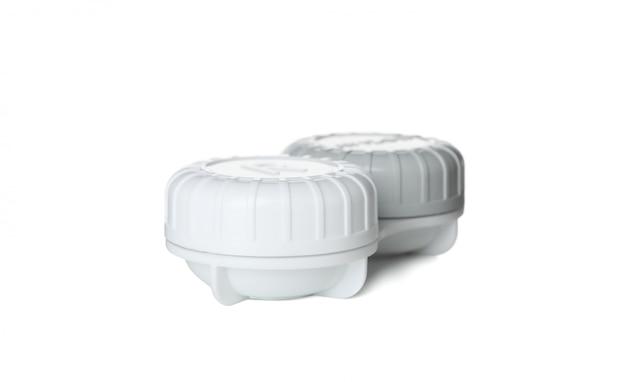Caso para lentes de contato isoladas na superfície branca, close-up