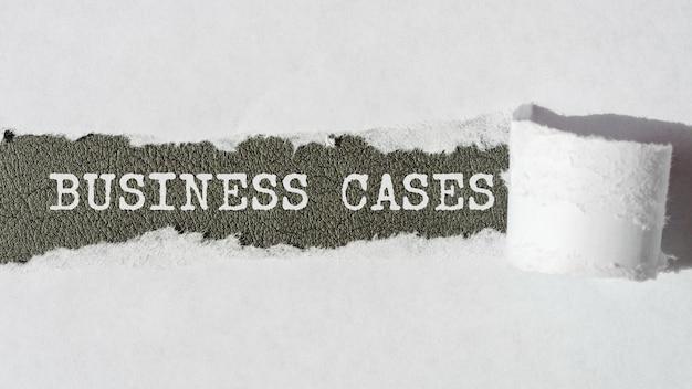 Casos de negócios. palavras. texto em papel cinza com fundo de papel rasgado.