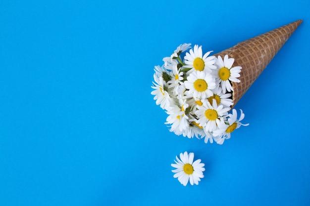 Casquinha de sorvete com chamomiles. vista superior. copie o espaço. conceito de flores de primavera ou verão.