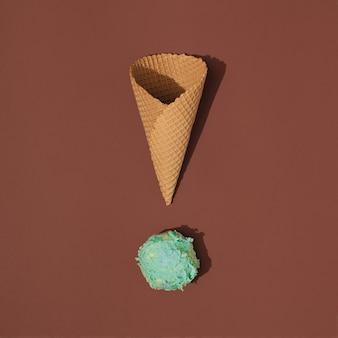 Casquinha de sorvete com colher de sorvete no brown. conceito mínimo de comida de verão.