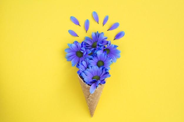 Casquinha de sorvete com flores azuis