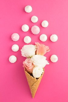 Casquinha de sorvete com flores e merengue