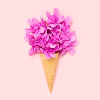 Casquinha de sorvete com flores rosa