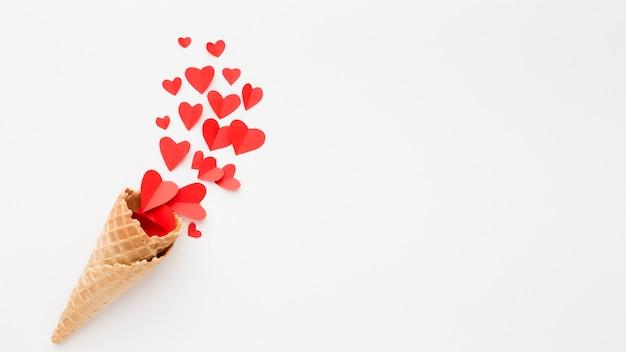 Casquinha de sorvete com formas de coração de papel e espaço de cópia