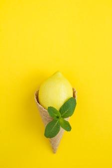 Casquinha de sorvete com limão e hortelã. copie o espaço.