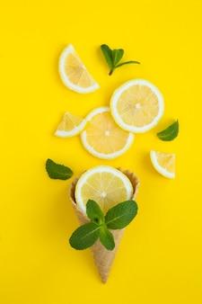Casquinha de sorvete com limão picado e hortelã. fechar-se.