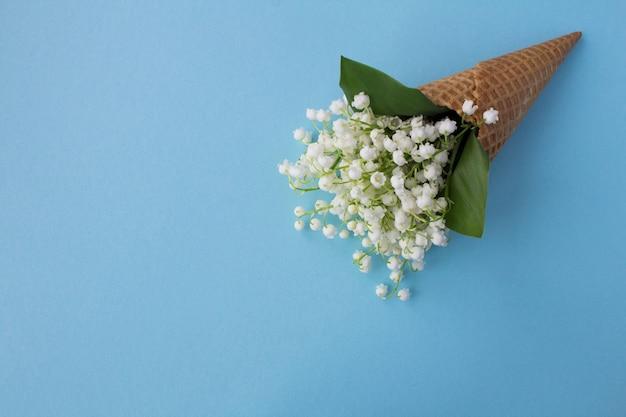 Casquinha de sorvete com lírios do vale. vista superior. copie o espaço. conceito de flores de primavera.