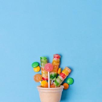 Casquinha de sorvete com vista frontal de doces