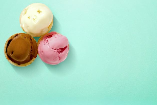 Casquinha de sorvete em cores vibrantes