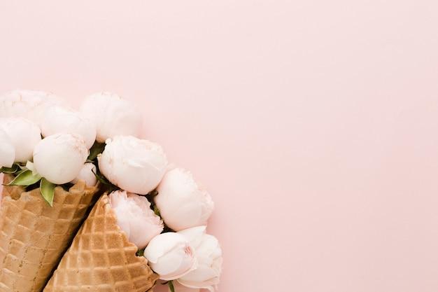 Casquinha de sorvete floral e cópia espaço