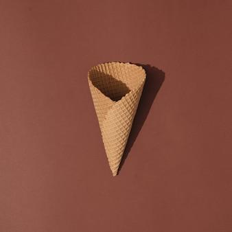 Casquinha de sorvete no marrom. conceito mínimo de comida de verão.