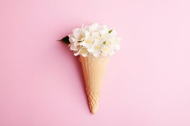 Casquinha de sorvete waffle com flores de jasmim