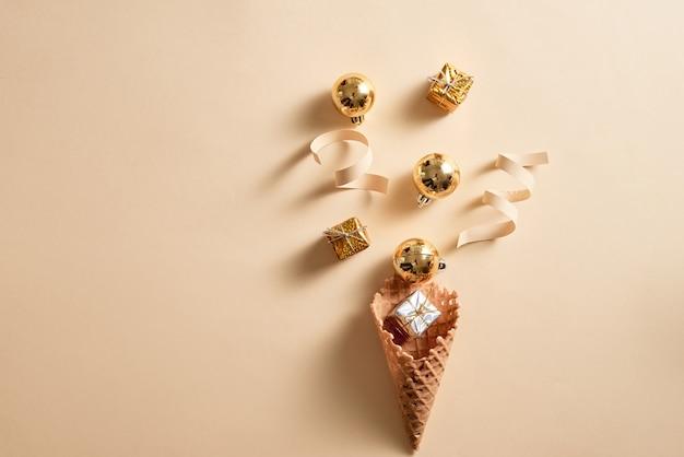 Casquinha de waffle de sorvete com enfeite de fita e bolas no topo