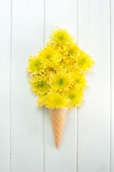 Casquinha de waffle de sorvete com flores