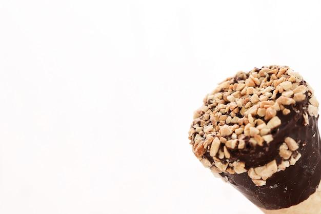 Casquinhas de sorvete com amêndoa e chocolate