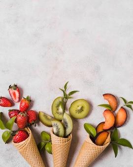 Casquinhas de sorvete com frutas frescas