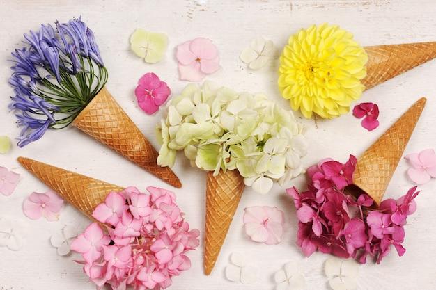 Casquinhas de sorvete com lindas flores