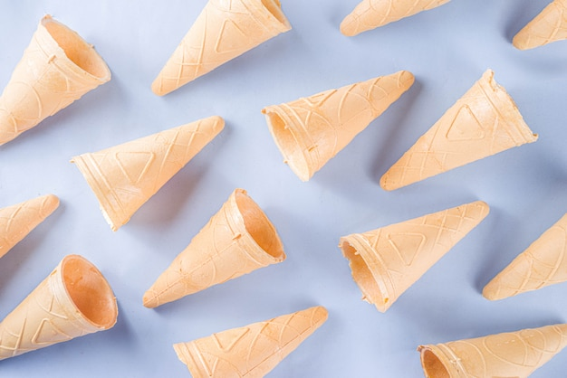 Casquinhas de sorvete no fundo pastel