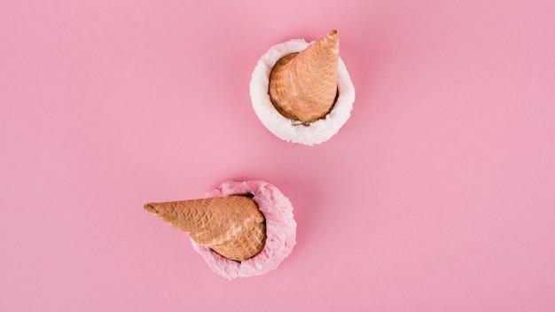 Casquinhas de sorvete vista superior em cima da mesa