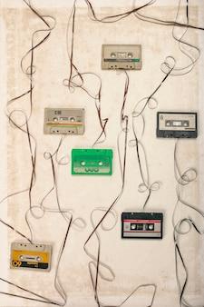 Cassete áudio do vintage com sumário natro, conceito obsoleto da tecnologia.