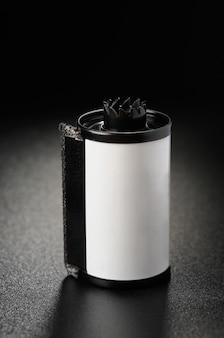 Cassete com filme de 35 mm em fundo preto fosco