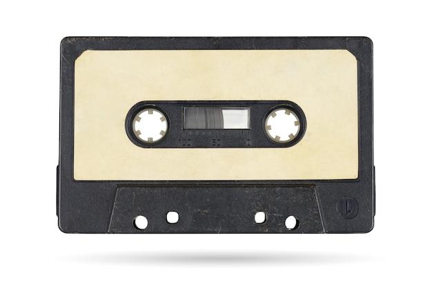 Cassete compacta de fita de áudio antiga isolada na superfície branca com traçado de recorte