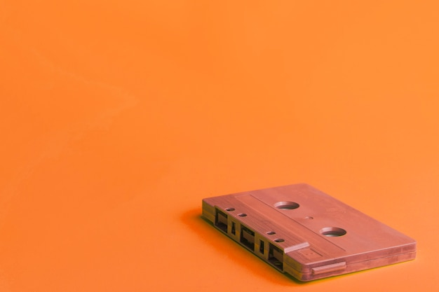 Cassete compacto em fundo laranja
