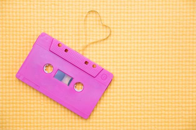 Cassete de áudio com fita magnética em forma de coração