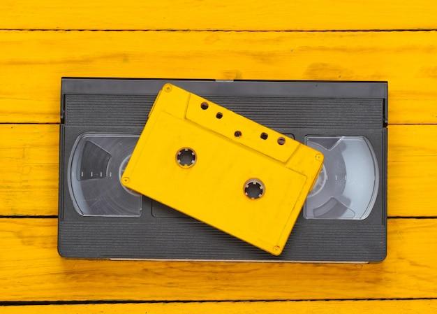 Cassete de áudio e vídeo retrô em uma madeira amarela