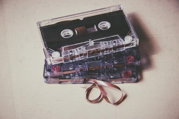 Cassete de áudio magnético vintage no chão de madeira