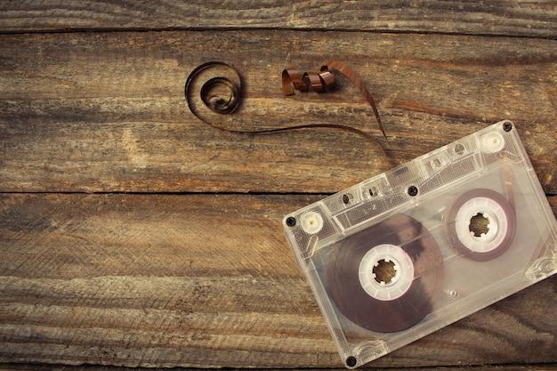 Cassete de áudio na madeira velha