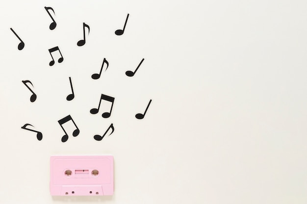 Cassete de áudio plana com notas musicais