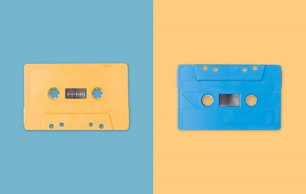 Cassete de banda magnética criativa no fundo da cor pastel.