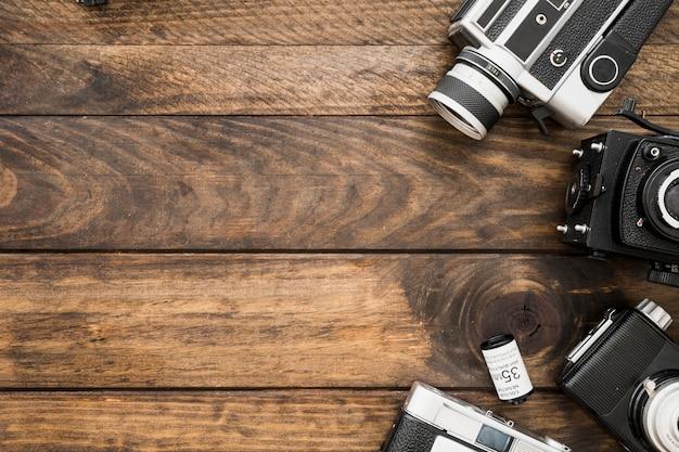 Cassete de filme deitado perto de câmeras