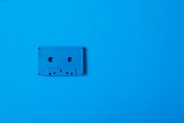 Cassete de fita azul em fundo colorido