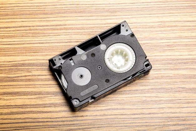 Cassete de fita de vídeo sobre fundo de madeira