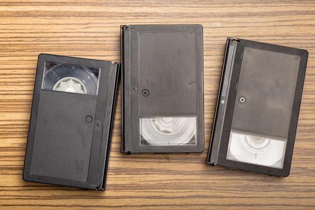 Cassete de fita de vídeo sobre madeira