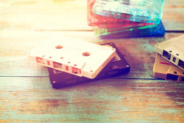 Cassete de fita retro sobre mesa de madeira com luz flare - estilos de efeito de cor vintage.