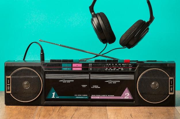 Cassete vintage de vista frontal e fones de ouvido