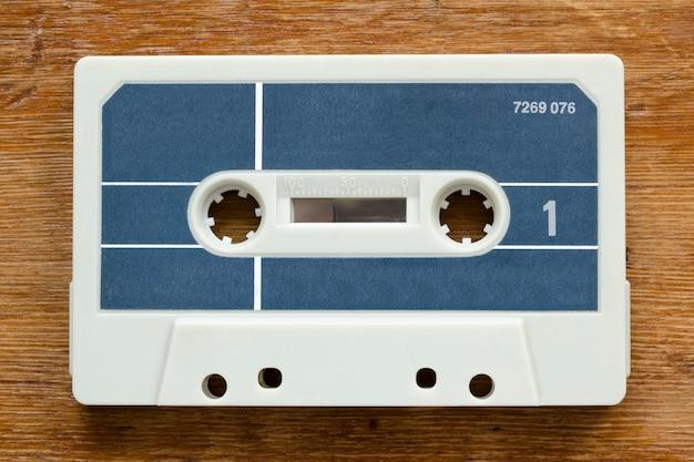 Cassete vintage em branco do início dos anos 80 em fundo vermelho de madeira