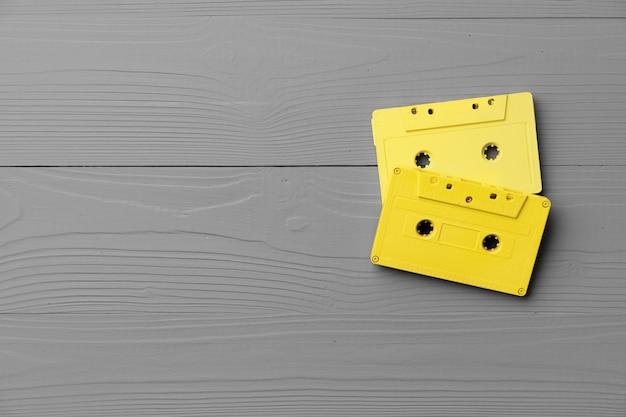 Cassetes de áudio amarelas na vista superior cinza