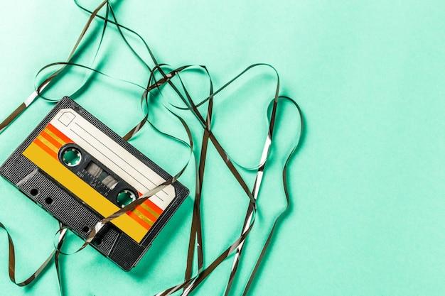 Cassetes de áudio antigas em fundo turquesa