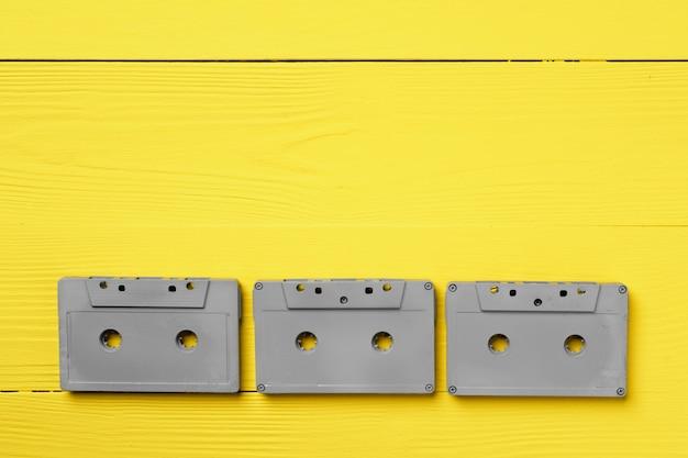 Cassetes de áudio cinza em amarelo