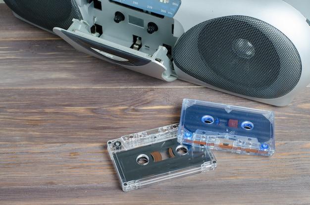 Cassetes de áudio e um gravador em madeira