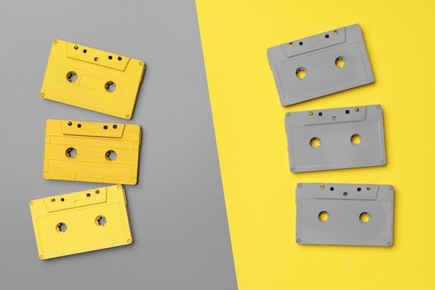 Cassetes de áudio em cinza e amarelo