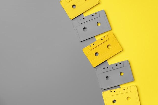 Cassetes de áudio em fundo cinza e amarelo