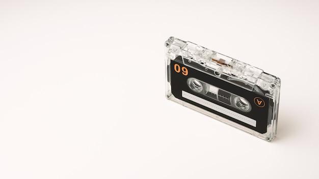 Cassetes de banda magnética audio do vintage no fundo branco. - estilo de cenário vintage.
