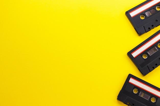 Cassetes de fita de áudio retrô dos anos 80 e 90, isoladas no fundo rosa